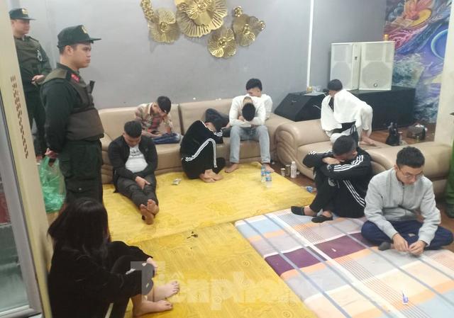 Các đối tượng bị bắt quả tang đang sử dụng ma tuý trong nhà nghỉ Hong Kong - Ảnh: CAND