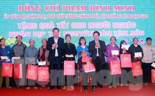 Pho Thủ tướng Phạm Bình Minh tặng quà người nghèo, công nhân lao động tại Nam Định - Ảnh: Hoàng Long