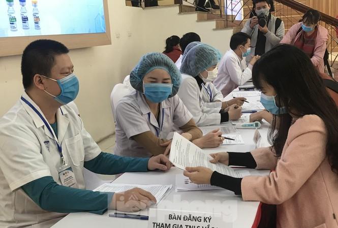 3 người đầu tiên thử nghiệm vắc-xin ngừa COVID-19 tại Việt Nam được tiêm mũi thứ hai