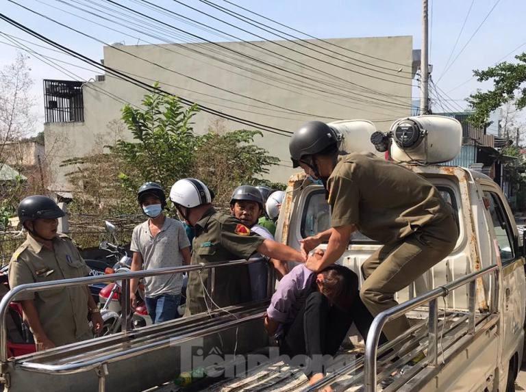 Hàng chục cảnh sát khống chế thanh niên ôm bình gas đòi tự sát chung cùng cả xóm trọ