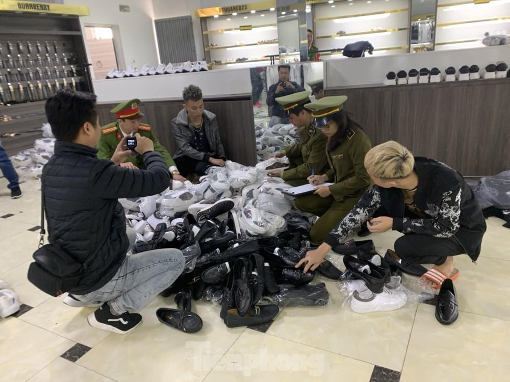 Tạm giữ gần 2000 sản phẩm mang thương hiệu Gucci, Louis Vuitton ở Bắc Giang
