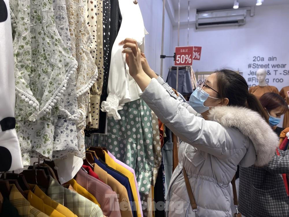 Quần áo xả hàng tràn vỉa hè, hàng dài người xếp hàng chờ thanh toán