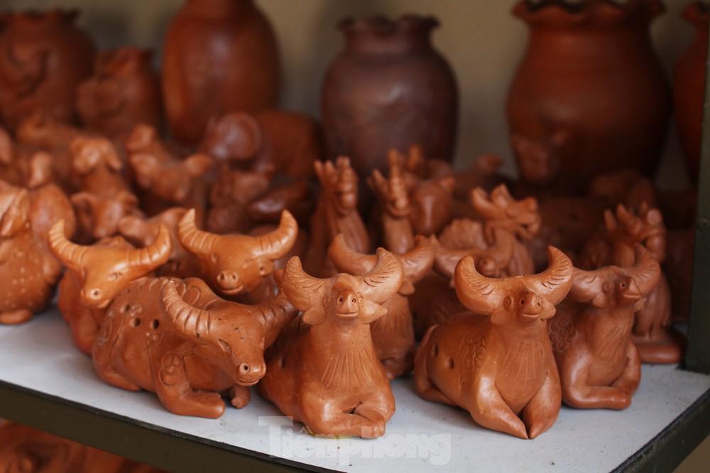 Độc đáo tượng trâu đất của nghệ nhân làng gốm Thanh Hà
