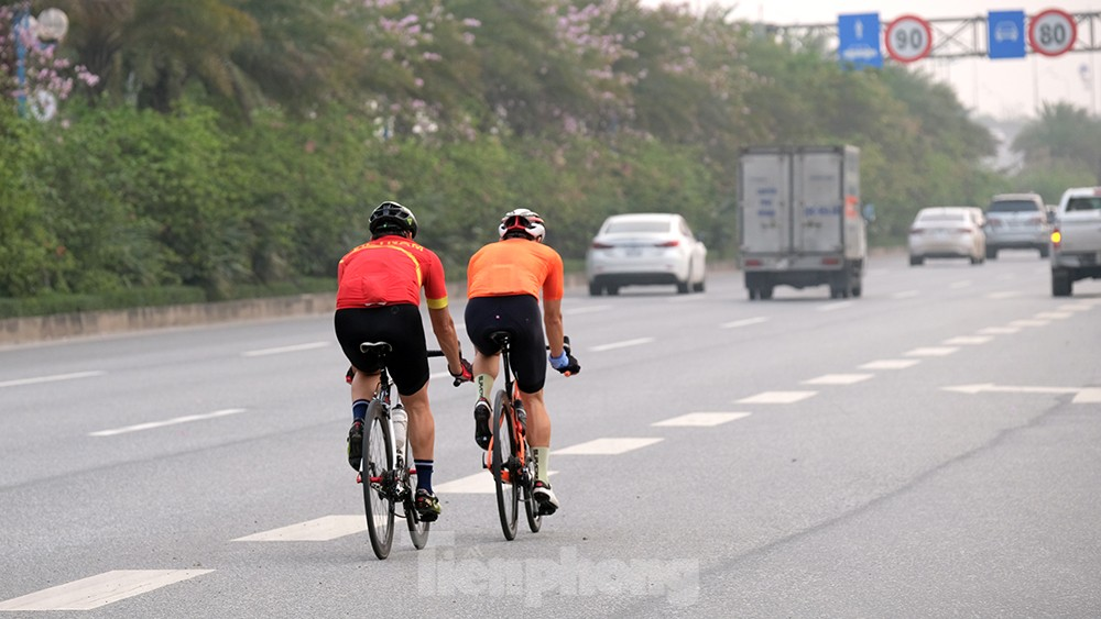 Lạnh gáy cảnh ''đua'' xe đạp, lái ba gác trên đại lộ Võ Nguyên Giáp