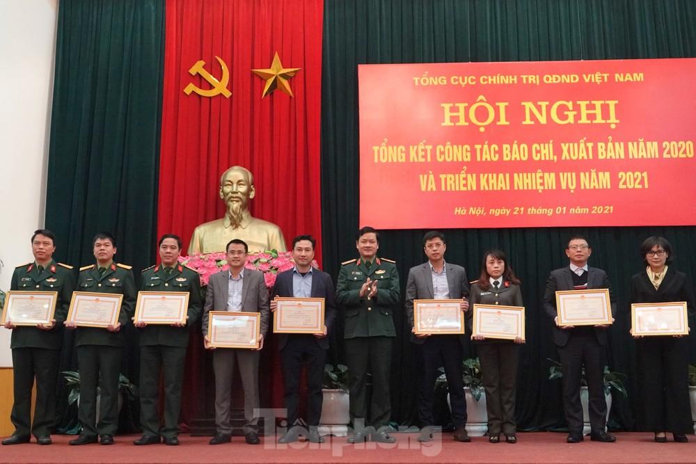 Quân đội tặng bằng khen Báo Tiền Phong