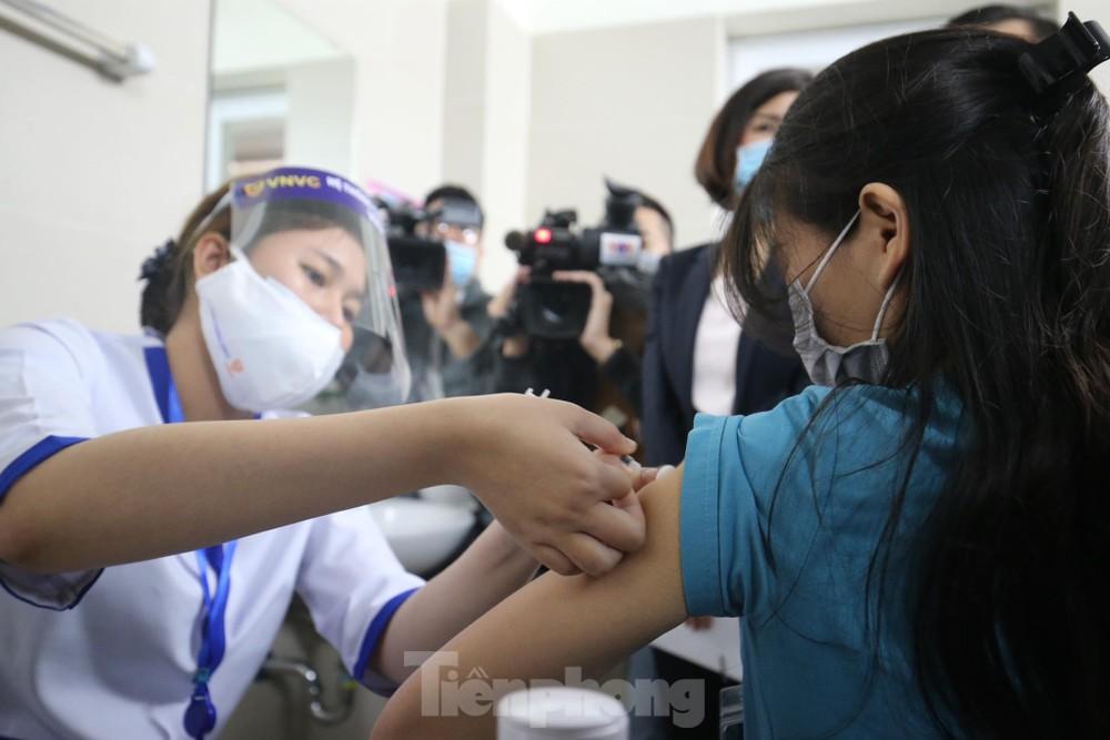Cận cảnh tiêm vắc xin ngừa COVID-19 tại Bệnh viện Thanh Nhàn Hà Nội