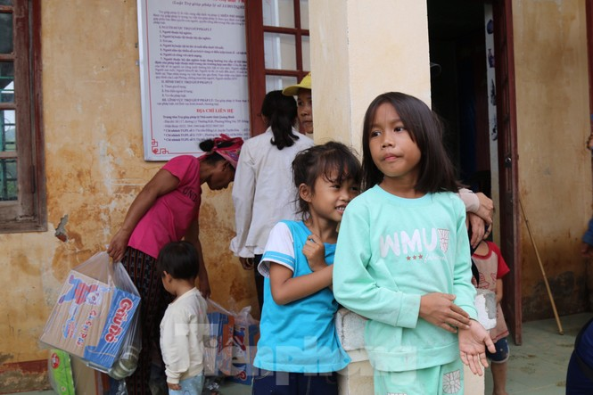 Sách vở bị lũ cuốn trôi, học sinh rốn lũ Quảng Bình thiếu thốn đợi ngày đến trường - ảnh 9