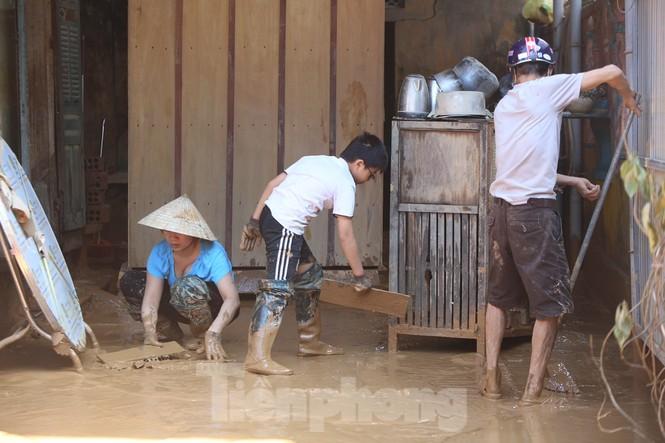 Sách vở bị lũ cuốn trôi, học sinh rốn lũ Quảng Bình thiếu thốn đợi ngày đến trường - ảnh 2