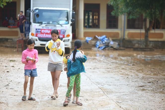 Sách vở bị lũ cuốn trôi, học sinh rốn lũ Quảng Bình thiếu thốn đợi ngày đến trường - ảnh 7