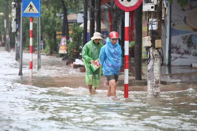 Nước chạm nóc, người dân Hà Tĩnh ngồi mái nhà chờ cứu trợ  - ảnh 9