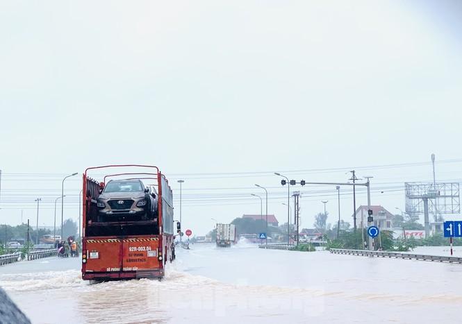Lũ cuồn cuộn cuốn trôi ô tô, xe máy trên đường tránh Hà Tĩnh - ảnh 4