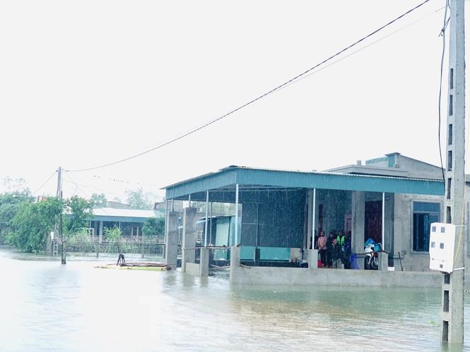Nước chạm nóc, người dân Hà Tĩnh ngồi mái nhà chờ cứu trợ  - ảnh 1