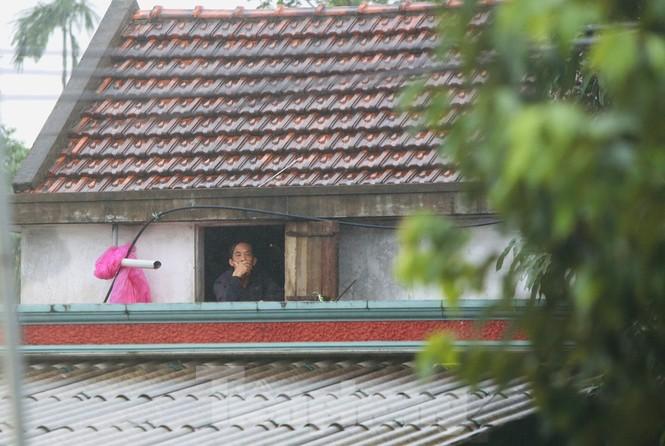 Nước chạm nóc, người dân Hà Tĩnh ngồi mái nhà chờ cứu trợ  - ảnh 3