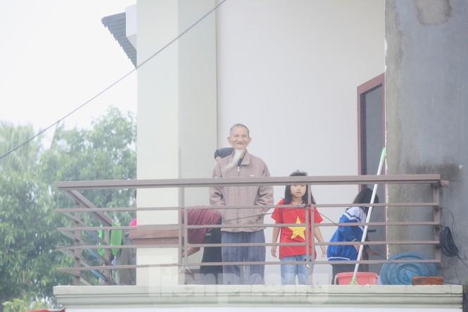 Nước chạm nóc, người dân Hà Tĩnh ngồi mái nhà chờ cứu trợ  - ảnh 4