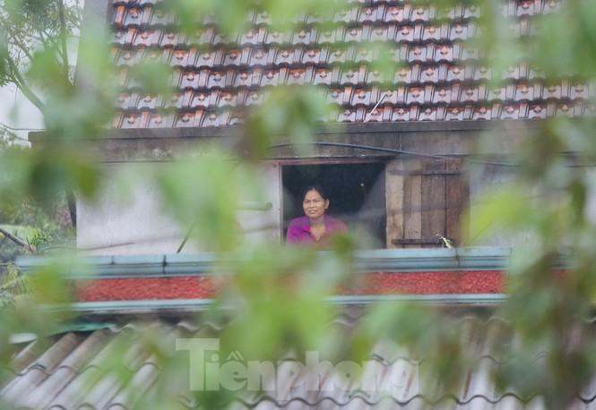Nước chạm nóc, người dân Hà Tĩnh ngồi mái nhà chờ cứu trợ  - ảnh 6
