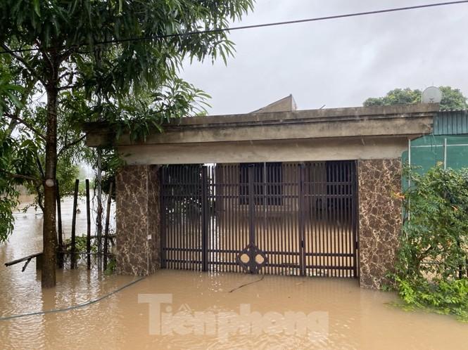 Nước chạm nóc, người dân Hà Tĩnh ngồi mái nhà chờ cứu trợ  - ảnh 11