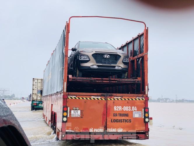 Lũ cuồn cuộn cuốn trôi ô tô, xe máy trên đường tránh Hà Tĩnh - ảnh 5