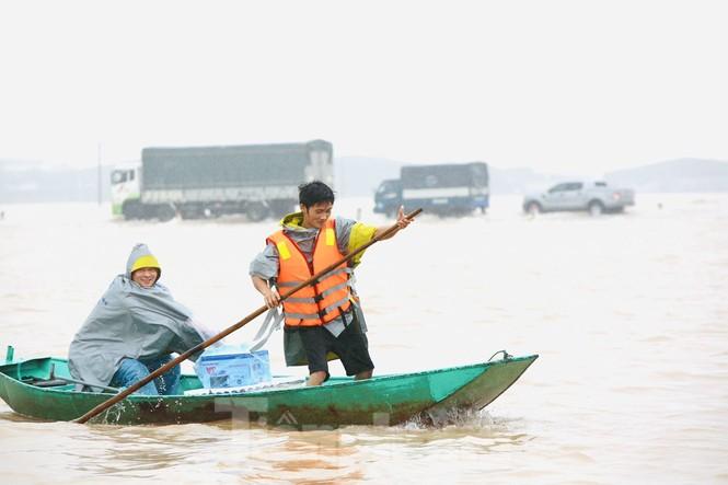 Nước chạm nóc, người dân Hà Tĩnh ngồi mái nhà chờ cứu trợ  - ảnh 8