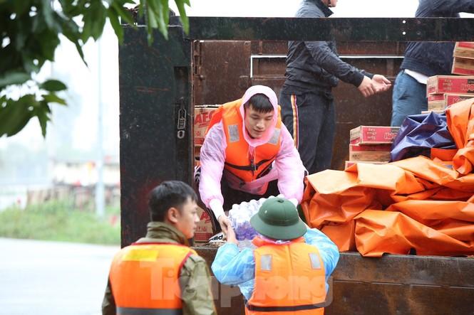 Nước chạm nóc, người dân Hà Tĩnh ngồi mái nhà chờ cứu trợ  - ảnh 12