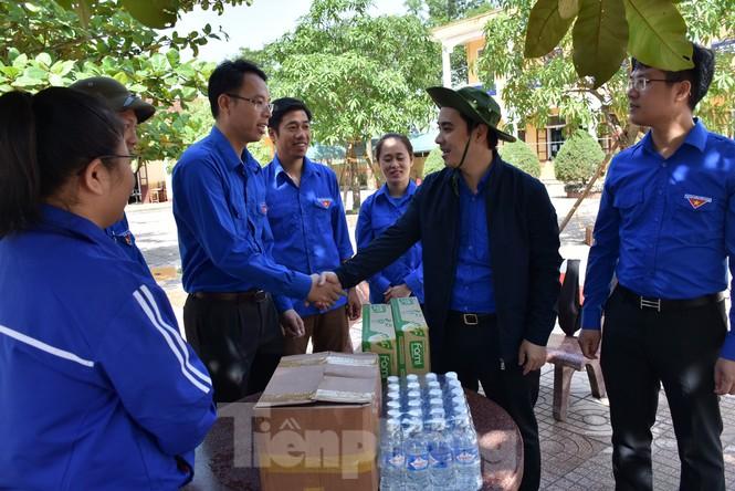 Áo xanh thanh niên hỗ trợ người dân khắc phục vệ sinh sau lũ - ảnh 14