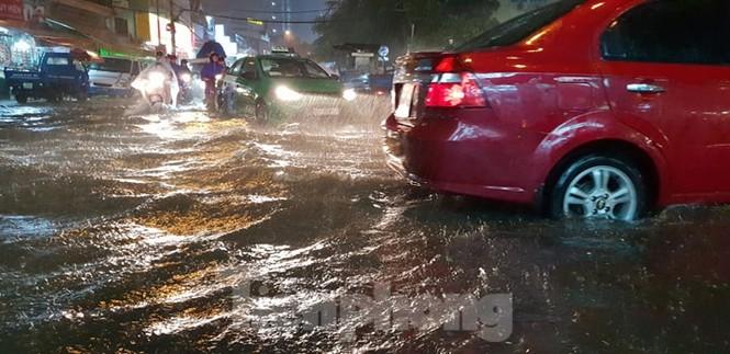 Mưa trắng trời, nhiều tuyến đường Sài Gòn ngập nặng - ảnh 10