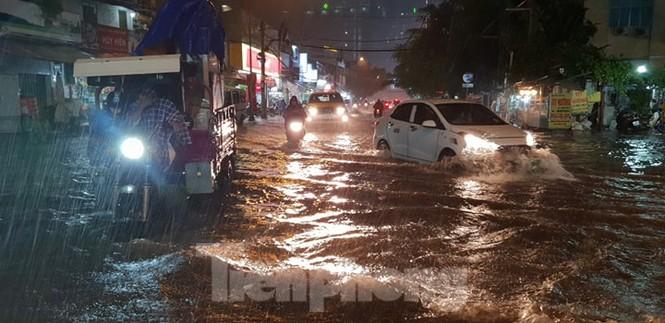 Mưa trắng trời, nhiều tuyến đường Sài Gòn ngập nặng - ảnh 1