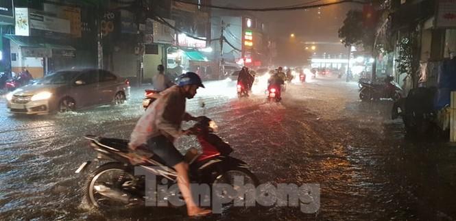 Mưa trắng trời, nhiều tuyến đường Sài Gòn ngập nặng - ảnh 2
