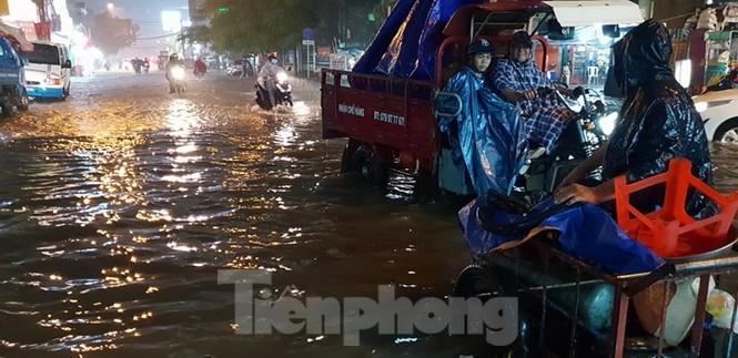 Mưa trắng trời, nhiều tuyến đường Sài Gòn ngập nặng - ảnh 3