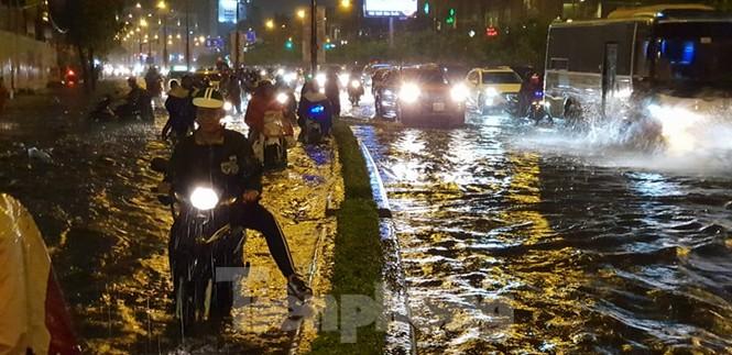 Mưa trắng trời, nhiều tuyến đường Sài Gòn ngập nặng - ảnh 4