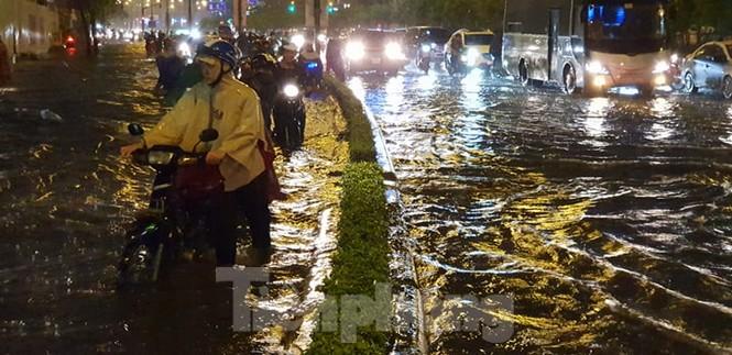 Mưa trắng trời, nhiều tuyến đường Sài Gòn ngập nặng - ảnh 6