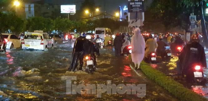 Mưa trắng trời, nhiều tuyến đường Sài Gòn ngập nặng - ảnh 7