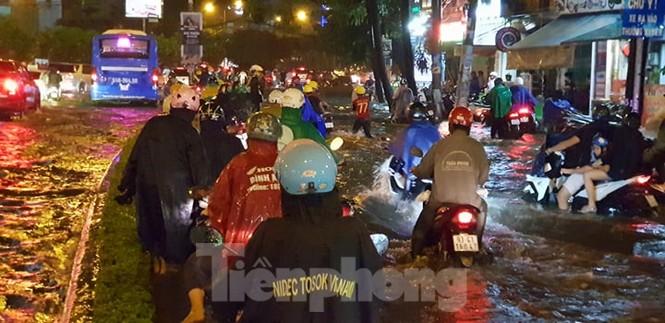 Mưa trắng trời, nhiều tuyến đường Sài Gòn ngập nặng - ảnh 8
