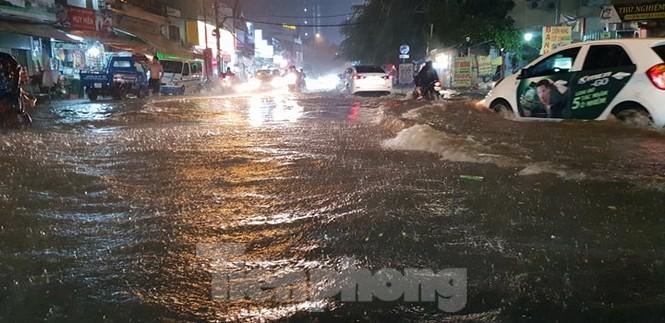 Mưa trắng trời, nhiều tuyến đường Sài Gòn ngập nặng - ảnh 9
