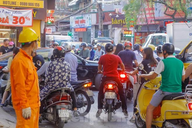 Dân Thủ đô 'kêu trời' vì loạt cao ốc đu bám hai bên tuyến phố chỉ rộng gần 10m - ảnh 12