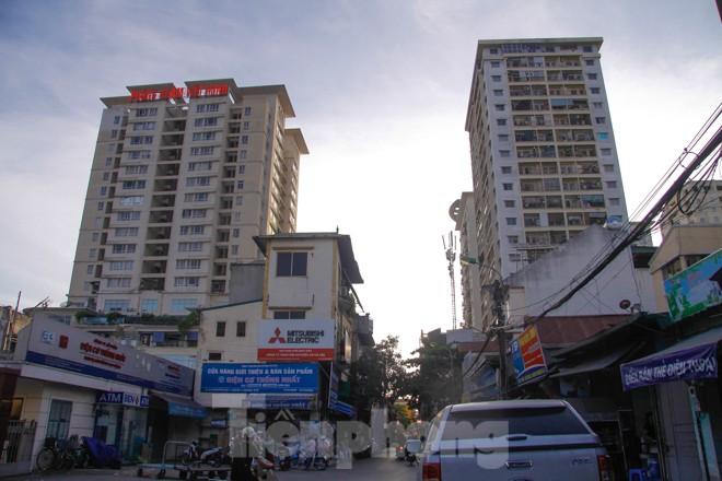 Dân Thủ đô 'kêu trời' vì loạt cao ốc đu bám hai bên tuyến phố chỉ rộng gần 10m - ảnh 1