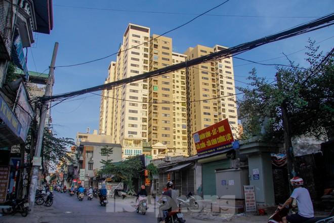 Dân Thủ đô 'kêu trời' vì loạt cao ốc đu bám hai bên tuyến phố chỉ rộng gần 10m - ảnh 2