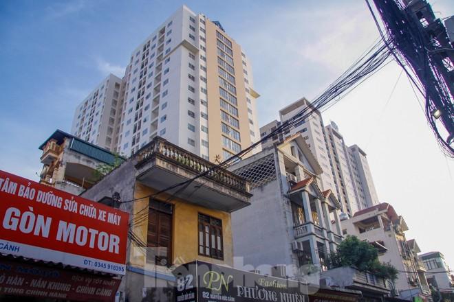 Dân Thủ đô 'kêu trời' vì loạt cao ốc đu bám hai bên tuyến phố chỉ rộng gần 10m - ảnh 4
