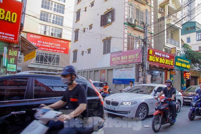Dân Thủ đô 'kêu trời' vì loạt cao ốc đu bám hai bên tuyến phố chỉ rộng gần 10m - ảnh 5
