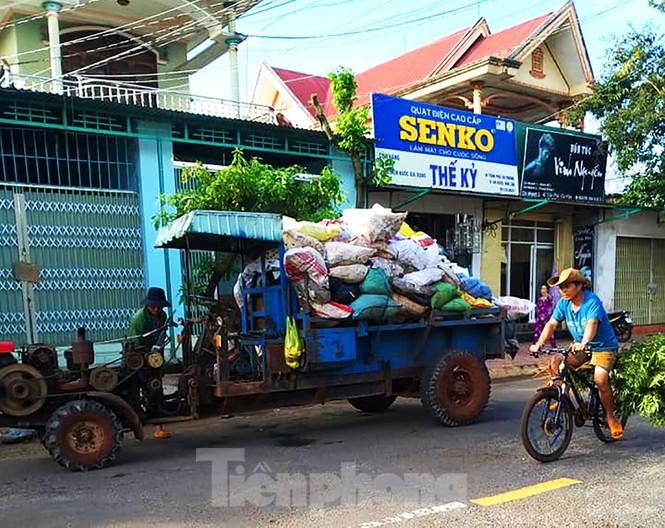 Xe cày hối hả chở rác 'giải cứu' thị trấn cao nguyên - ảnh 2