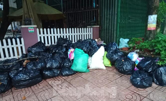 Xe cày hối hả chở rác 'giải cứu' thị trấn cao nguyên - ảnh 1