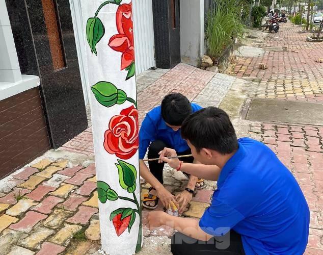 Cột điện 'nở hoa' nhờ bàn tay khéo léo của đoàn viên - ảnh 4
