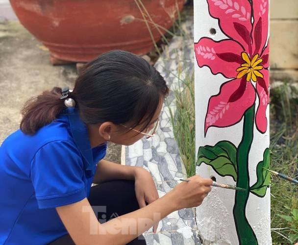 Cột điện 'nở hoa' nhờ bàn tay khéo léo của đoàn viên - ảnh 3