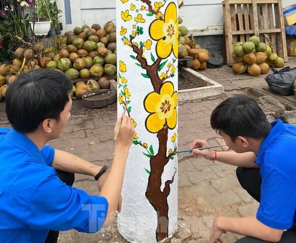 Cột điện 'nở hoa' nhờ bàn tay khéo léo của đoàn viên - ảnh 2