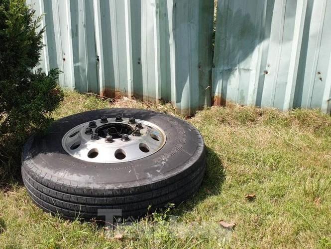 Tai nạn kinh hoàng giữa 3 ô tô trong KCN ở Bình Dương - ảnh 3