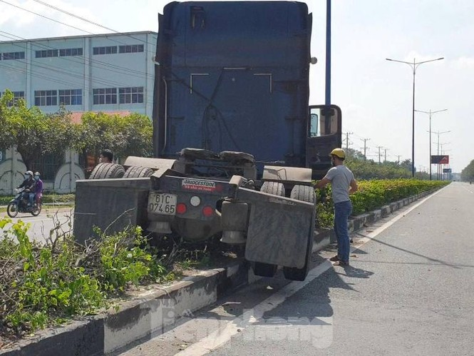 Tai nạn kinh hoàng giữa 3 ô tô trong KCN ở Bình Dương - ảnh 1