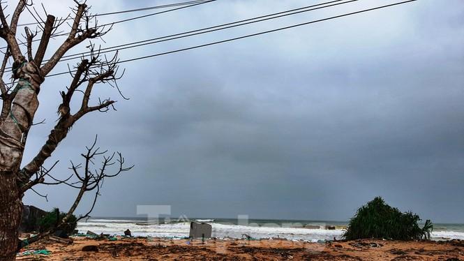 Bão tan lũ rút, bờ biển Thừa Thiên Huế tan hoang như trúng bom - ảnh 6