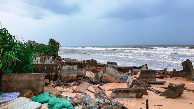 Bão tan lũ rút, bờ biển Thừa Thiên Huế tan hoang như trúng bom - ảnh 7