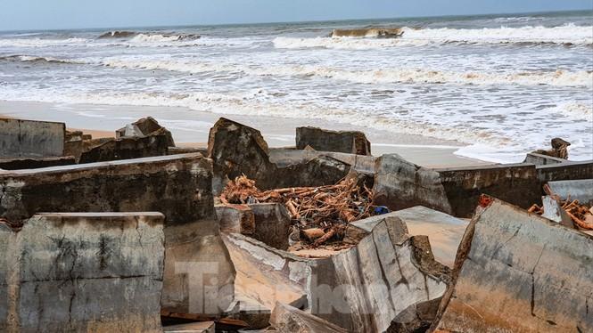 Bão tan lũ rút, bờ biển Thừa Thiên Huế tan hoang như trúng bom - ảnh 11