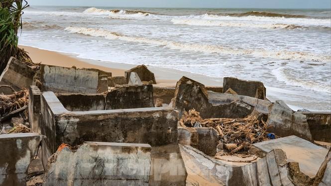 Bão tan lũ rút, bờ biển Thừa Thiên Huế tan hoang như trúng bom - ảnh 12