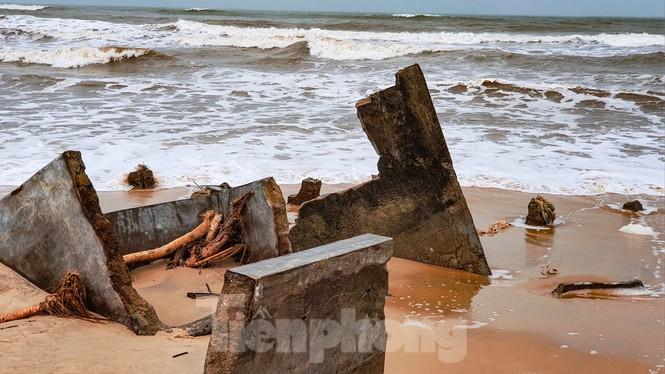 Bão tan lũ rút, bờ biển Thừa Thiên Huế tan hoang như trúng bom - ảnh 13
